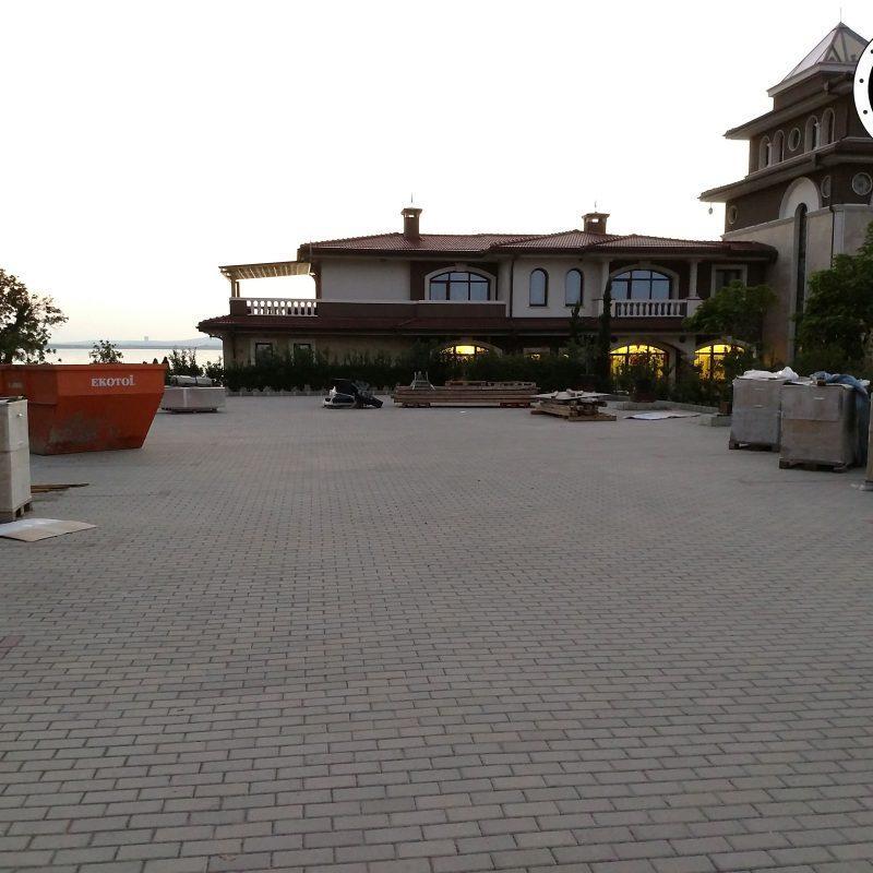 """Днес се проведе първото по рода си автокино на територията на община Бургас. Уникалното на събитието е, че автокиното беше на общинския паркинг, който е точно пред сараите на Ахмед Доган в парк """"Росенец""""."""