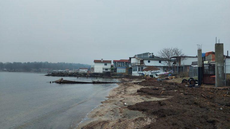 Незаконни постройки на пясъка в рибарското селище